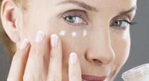 La proteína de los huevos en forma pura, buena arrugas, se puede aplicar en los labios durante 15 minutos y enjuagar: